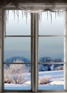 Altes Holzfenster im Winter