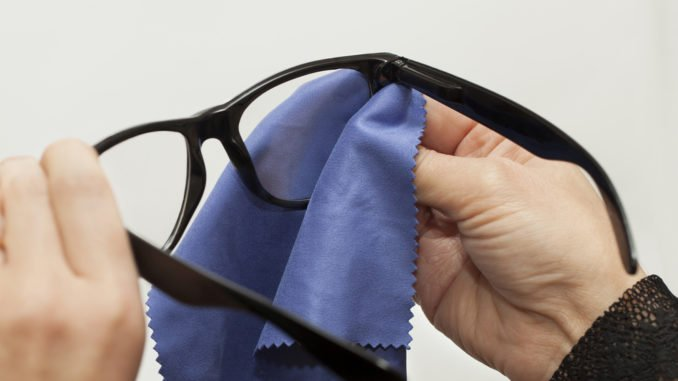 Brille wird mit einem Brillenputzuch gereinigt