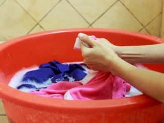 Handwäsche gegen Grasflecken
