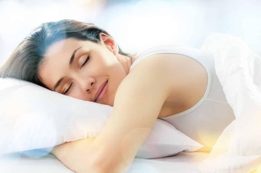 Junge Frau schläft auf gereinigtem issen
