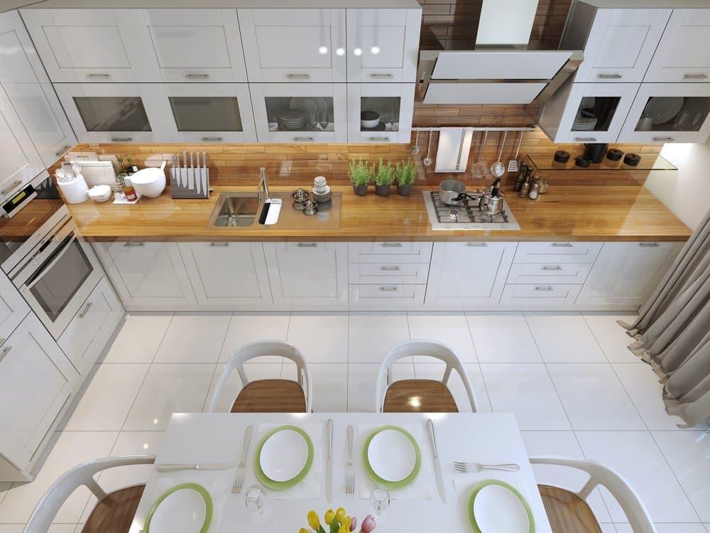 Moderne Küche mit kopffreier Dunstabzugshaube