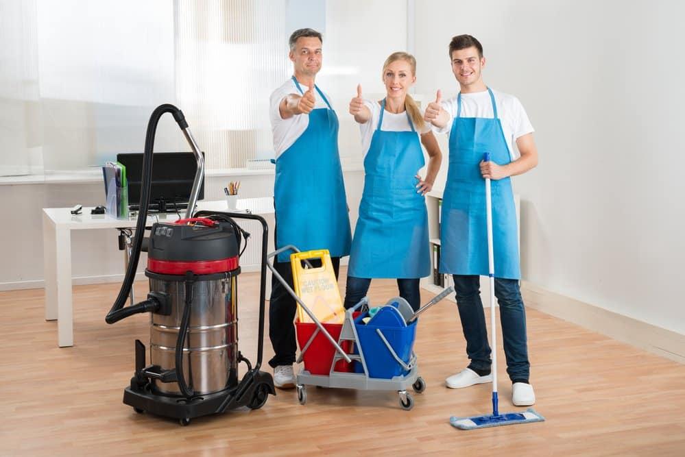 Reinigungskräfte mit einem Industriesauger
