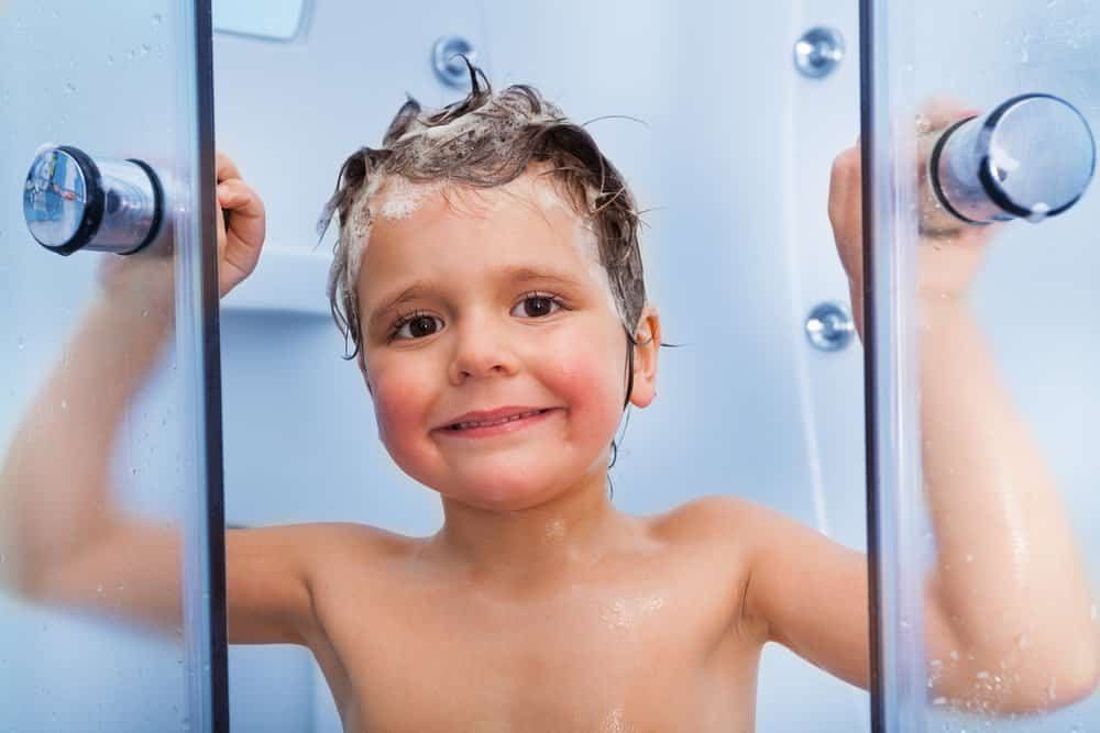 Kleiner Junge öffnet Duschtüren