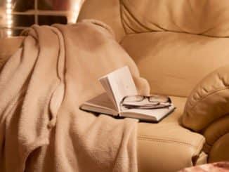 Sofa mit kuscheliger Kamelhaardecke