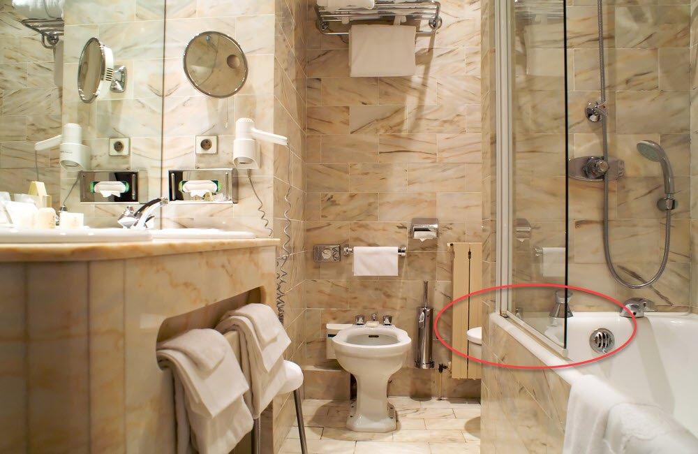 Badewanne mit Duschglas und Schwallschutzleiste