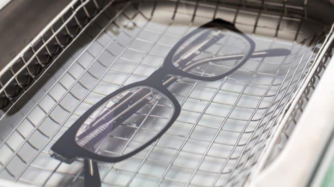 Brille in einem Brillenreinigungsgerät