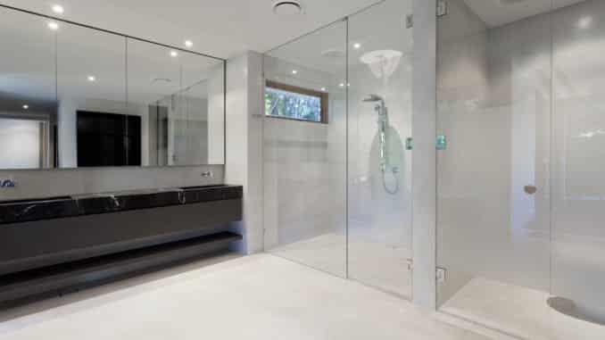Ebenerdige Dusche mit Schwallschutzleiste