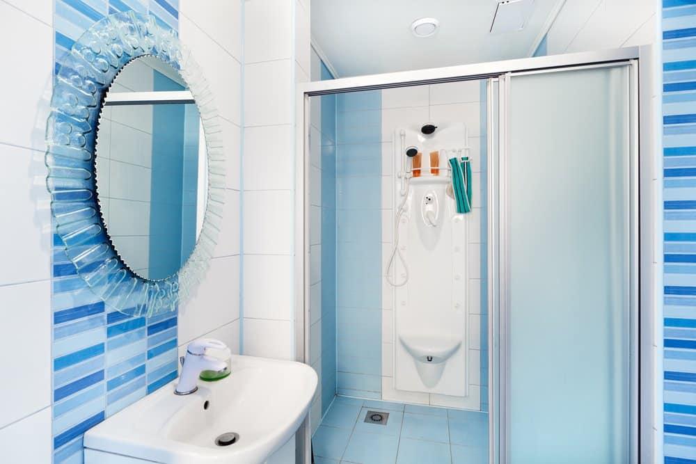 Modernes Badezimmer mit Duschschiebetür