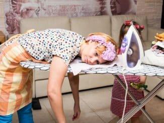 Frau erschöpft vom Bügeln