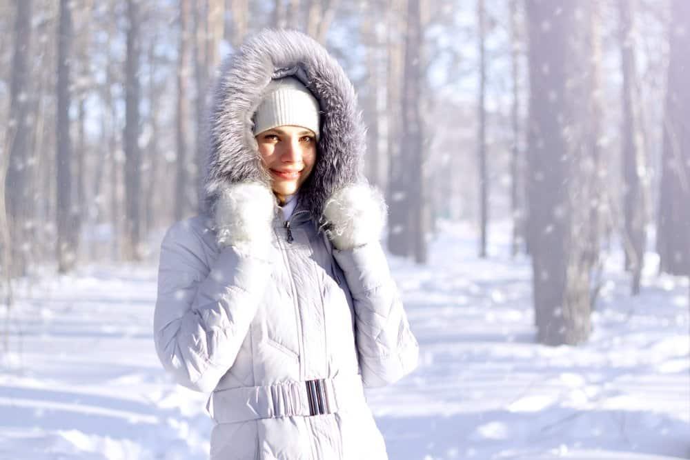 Frau mit Daunenjacke im Winter