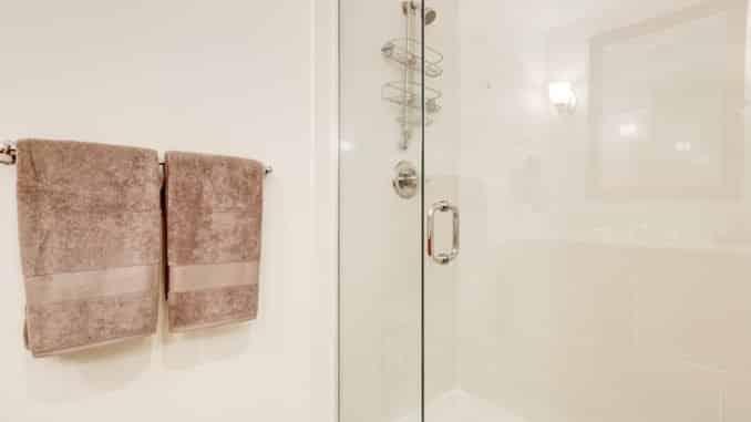 Heller Duschbereich mit sauberen Duschabdichtungen