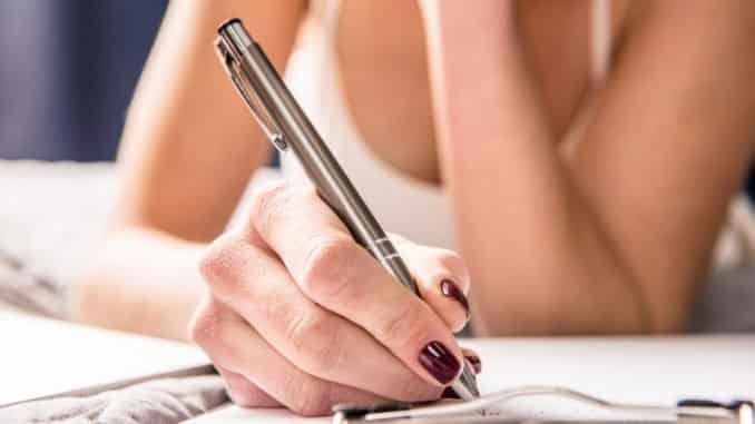 Junge Frau hat mit Kugelschreiber einen Fleck gemacht