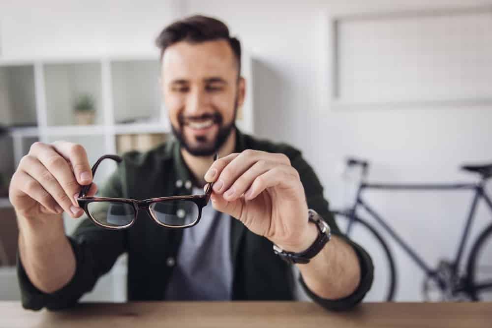 Eine Brille wird mit dem Brillenreinigungsgerät richtig sauber