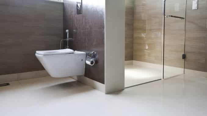Modernes Bad mit einer sauberen Duschtürdichtung