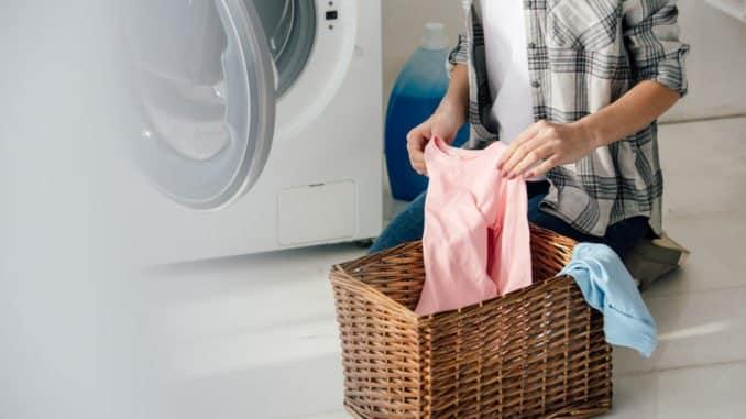 Shirt mit Obstflecken im Wäschekorb