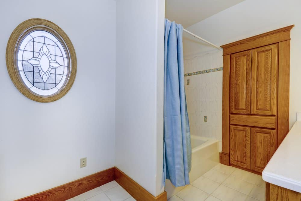 Badezimmer mit Duschvorhang