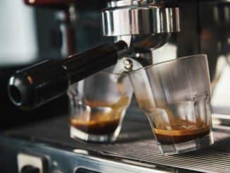 Espresso aus Siebträgermaschine mit Mahlwerk