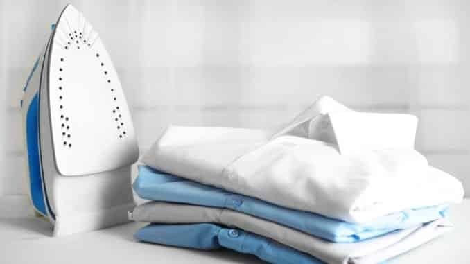 Hemden neben einem Bügeleisen
