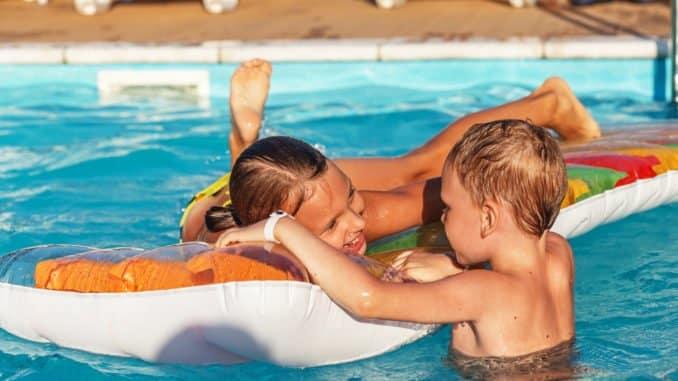 Kinder toben auf Luftmatratze