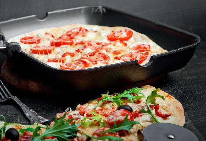 Pizzapfanne mit Pizza