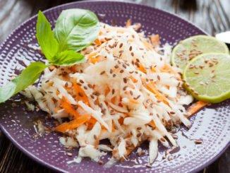 Salat mit der Gemüsereibe geschnitten