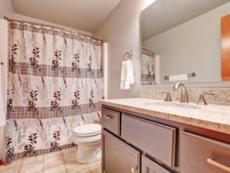 Kleines Bad mit Vorhang statt Duschfalttür