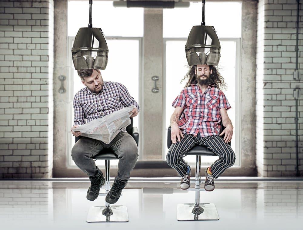 2 Männer mit Haartrockenhaube