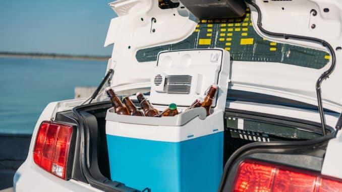 Autokühlbox im Kofferraum eines Autos