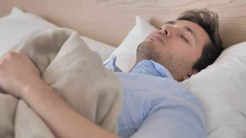 Eine Therapiedecke kann bei Schlafstörungen helfen