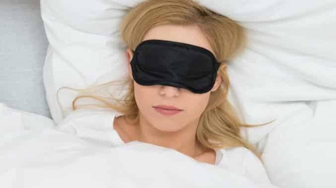 Schlafmaske und Gewichtsdecke sorgen für besseren Schlaf