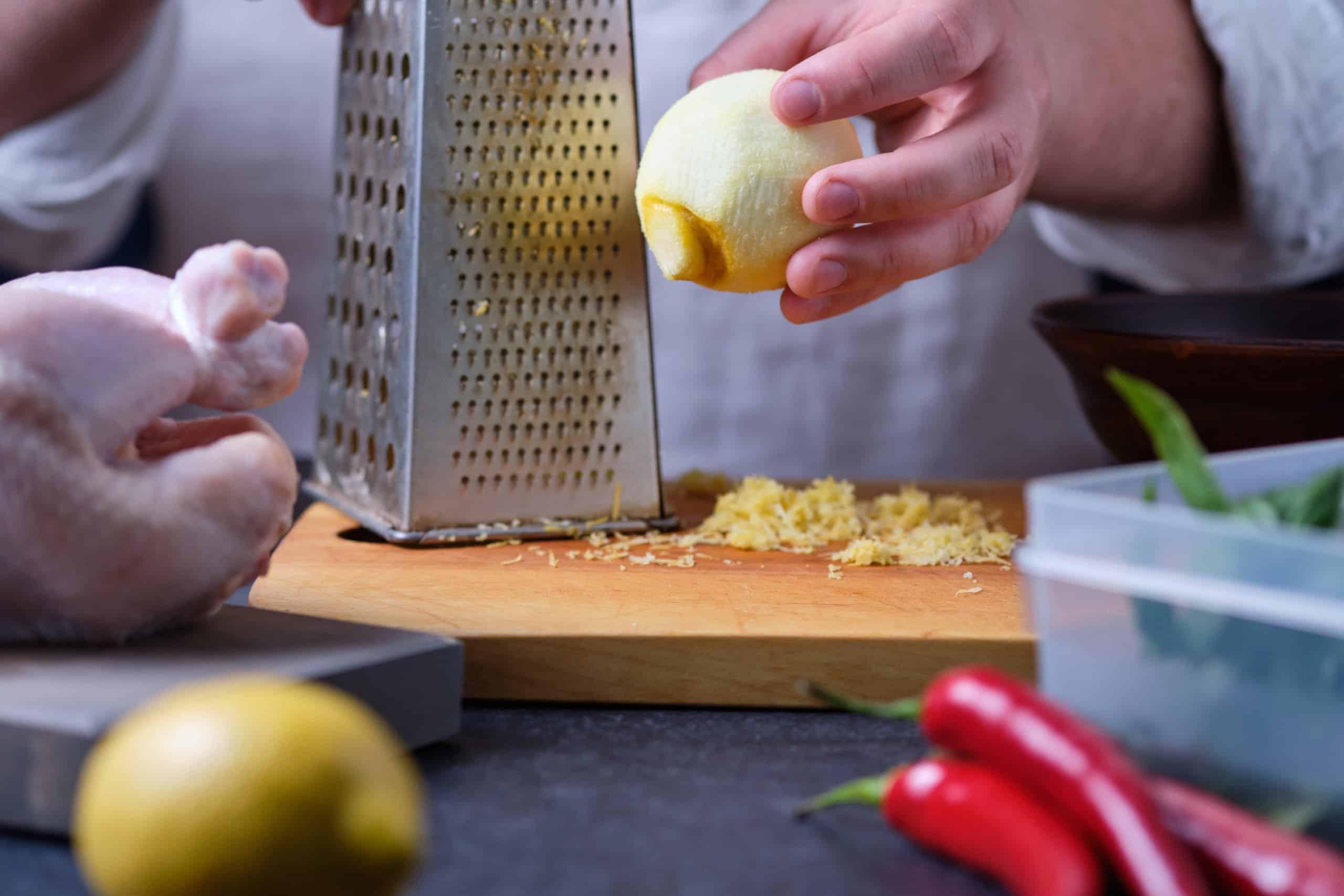 Zitrone reiben mit einer Zitronenreibe