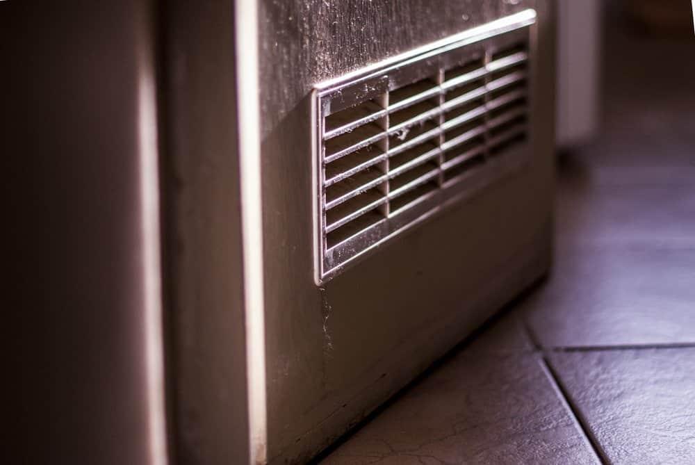 Lüftungsgitter in einer Tür