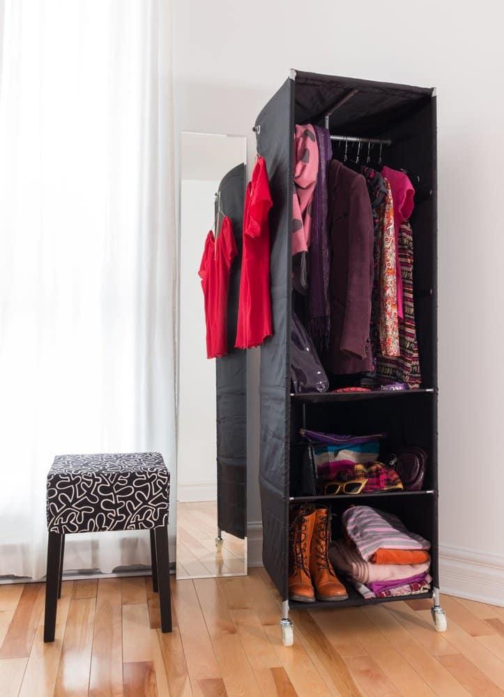 Kleiderschrank mit Regalen aus Stoff