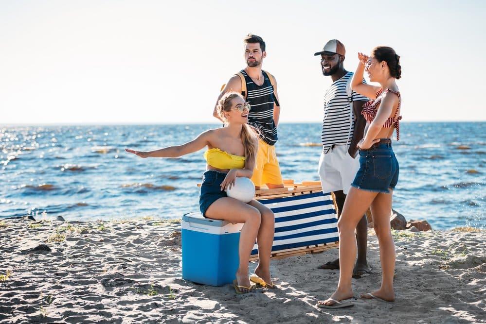 elektrische Kühlbox am Strand