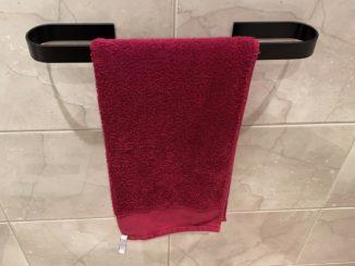 Handtuchhalter ganz ohne Bohren befestigt