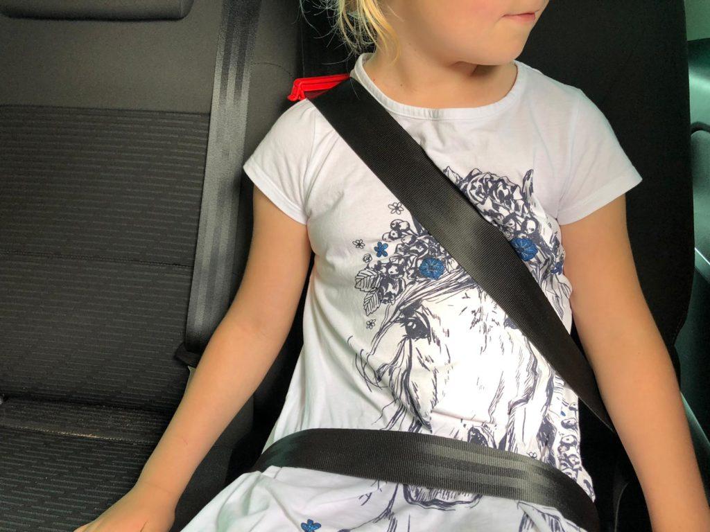 mifold Kindersitz im Einsatz im Auto