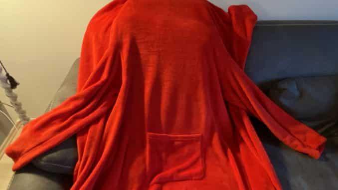 Mit der Decke mit Ärmeln ist man warm eingepackt