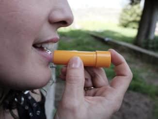 Trockene Lippen mit einer Lippenpflege behandeln