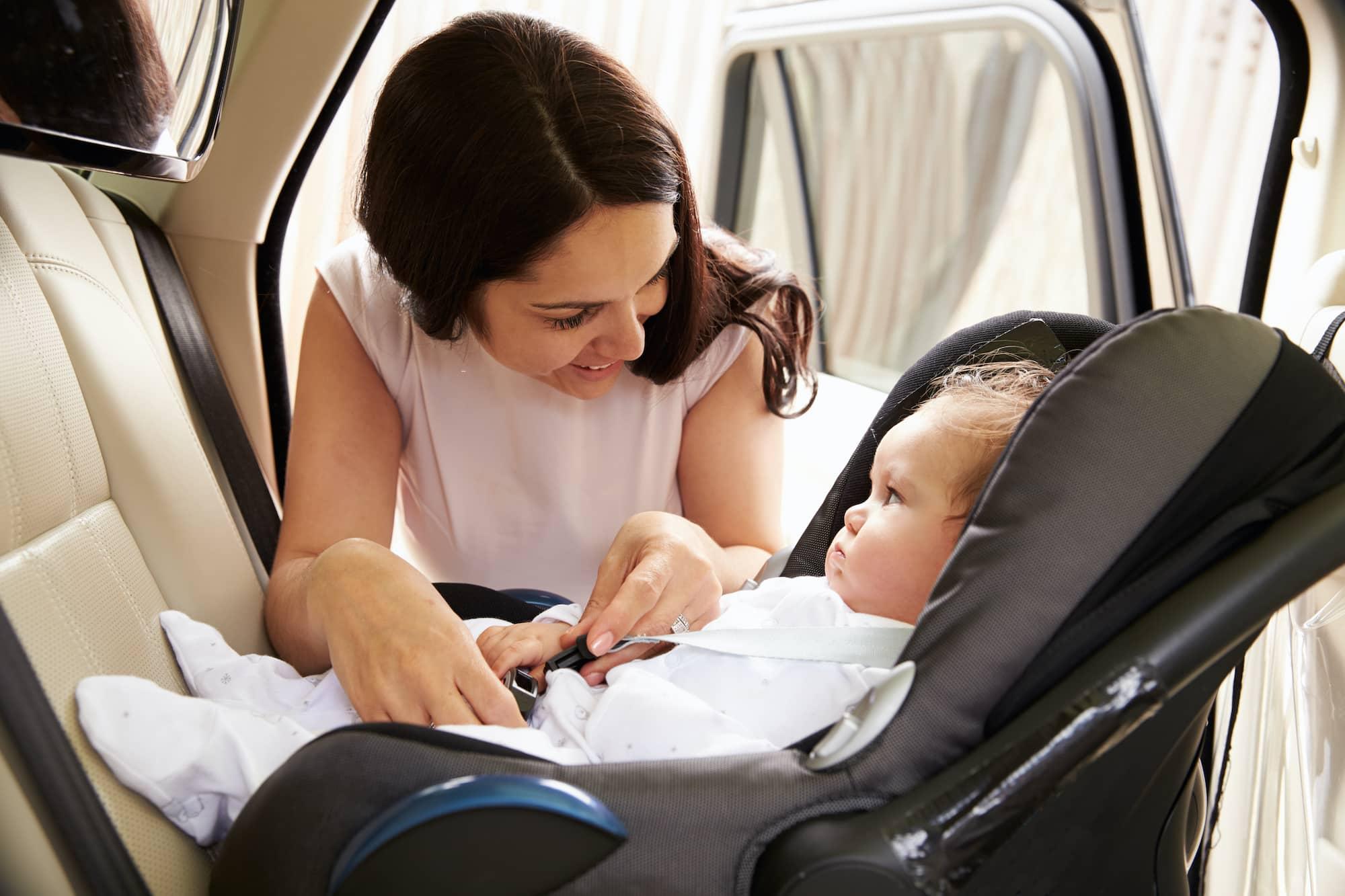 Baby in einem Reboarder Kindersitz