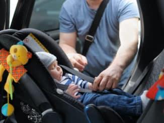 Baby in einem Reboarder im Auto