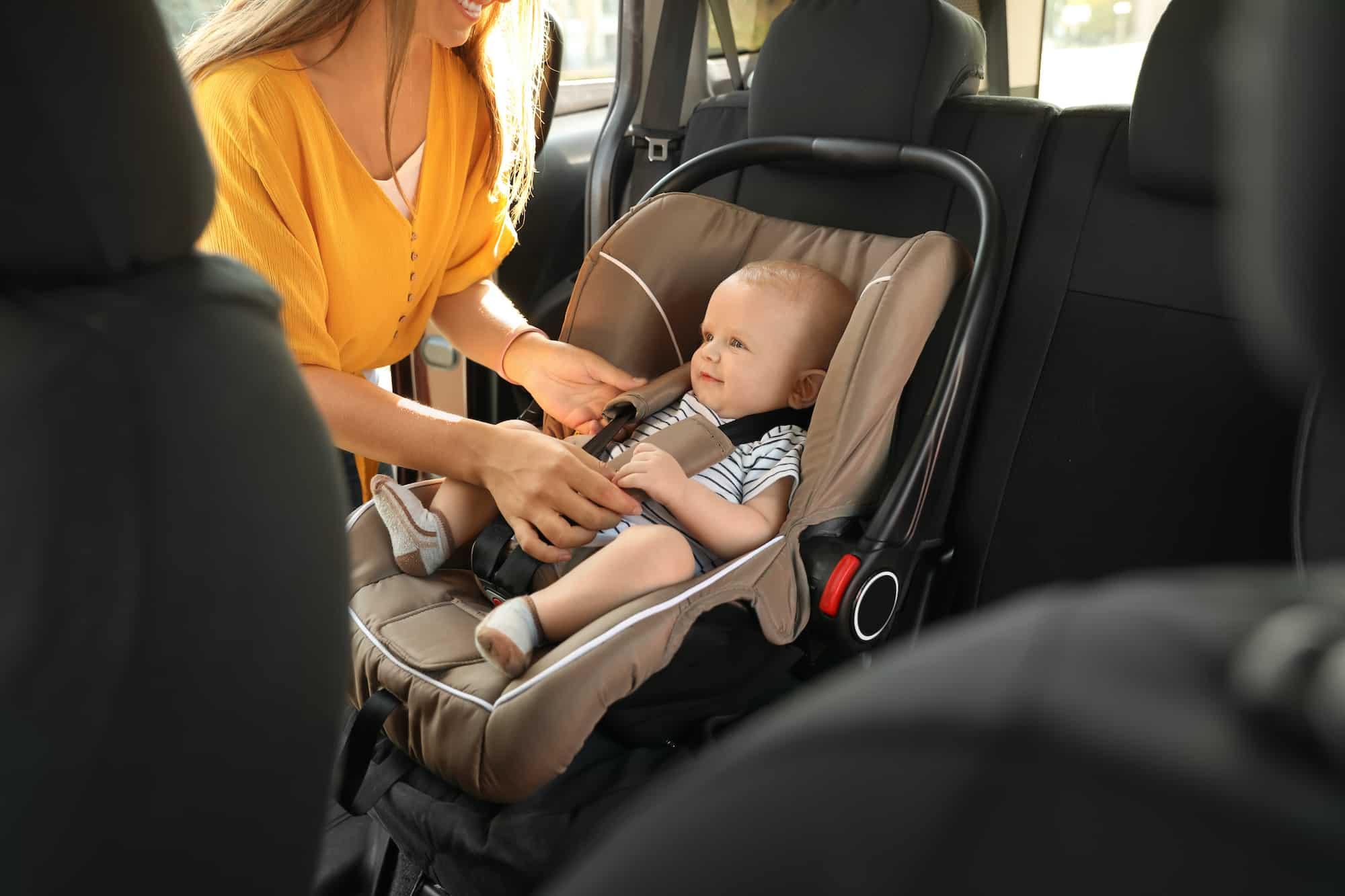 Baby in einer Babyschale im Auto