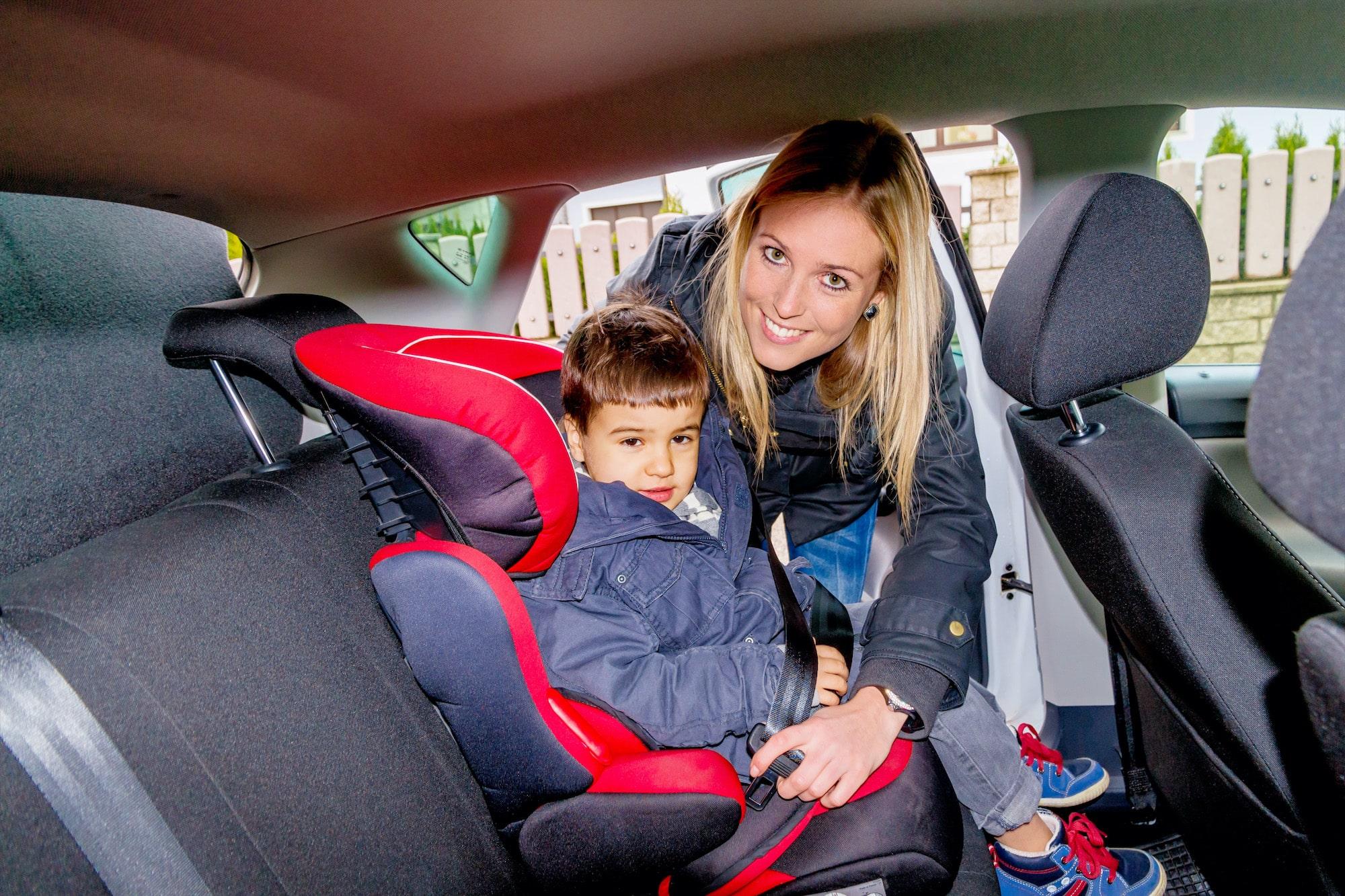 Ein mitwachsender Kindersitz im Auto