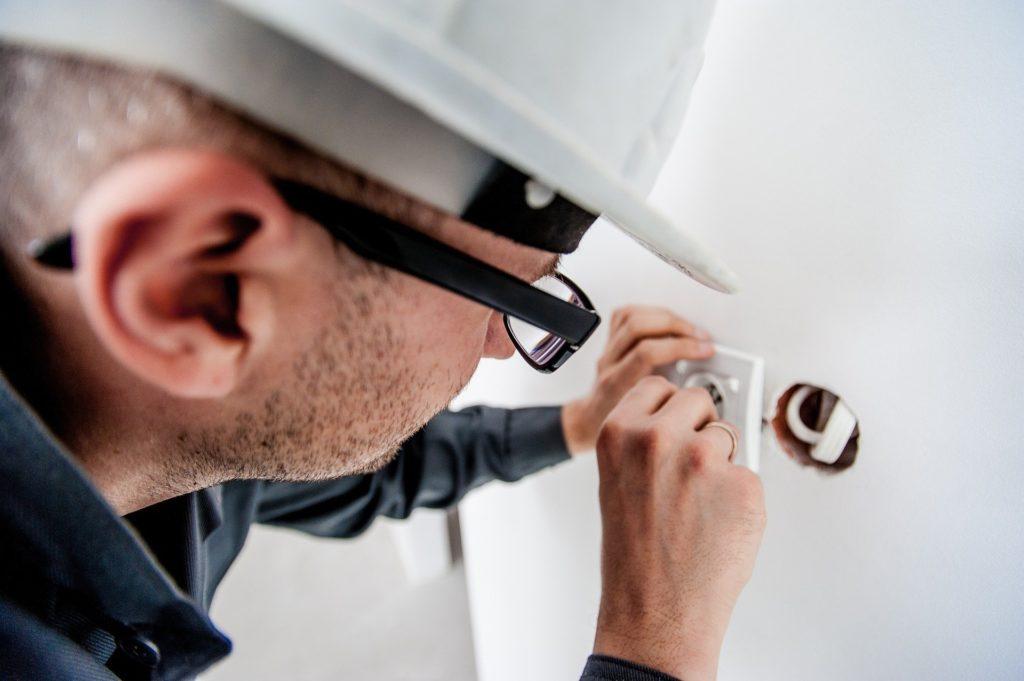 Ein Schutzhelm für das Arbeiten mit Elektrik