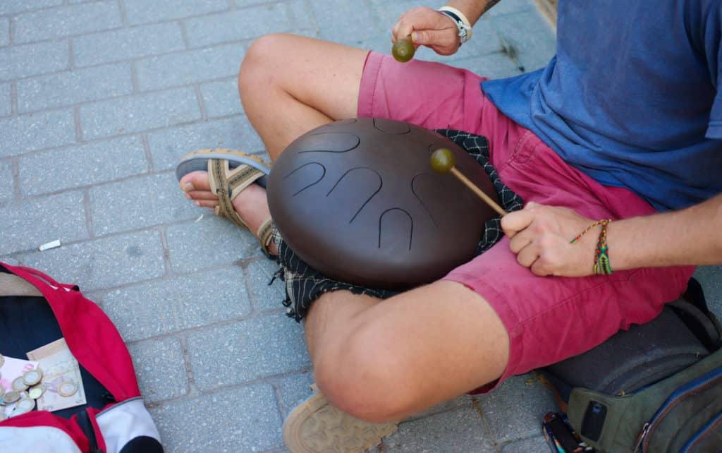 Straßenmusiker spielt eine Zungentrommel